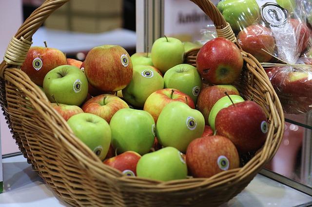 košík, jablka