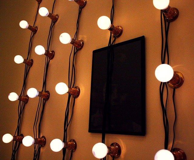 světla na zdi