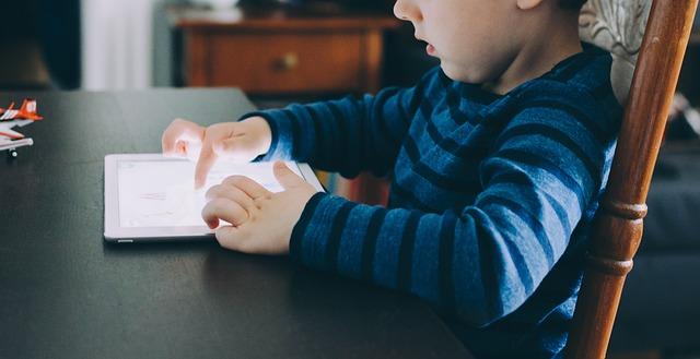 chlapec s tabletem