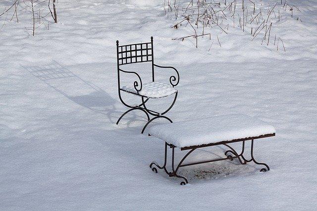 zasněžený nábytek