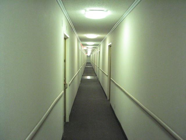 osvětlení hotelové chodby