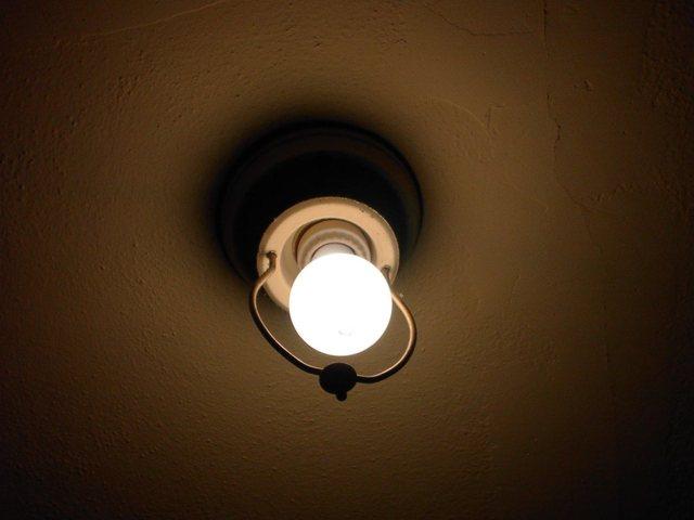 žárovka v objímce ve svítidle